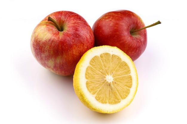 Manzanas rojas y superficie blanca limón