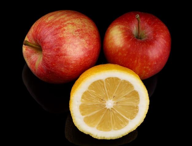 Manzanas rojas y superficie negra limón