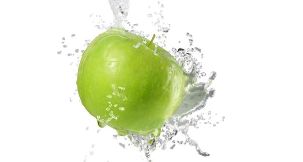 Manzanas en salpicaduras de agua aislado sobre fondo blanco.