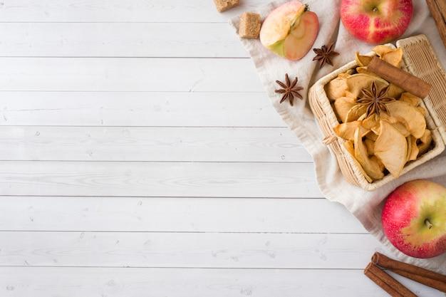 Las manzanas son frescas y secas con especias. palitos de canela, estrella de anís estrellado y clavos. copia espacio