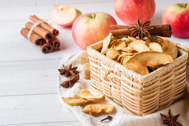 Las manzanas son frescas y secas con especias. palitos de canela, estrella de anís estrellado y clavos.