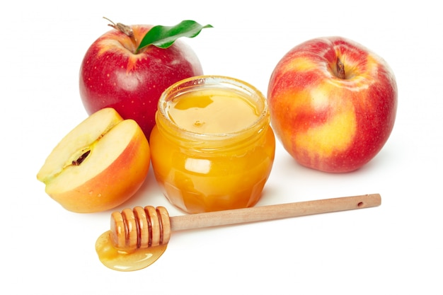 Manzanas y tarro de miel para vacaciones de año nuevo judío aislado
