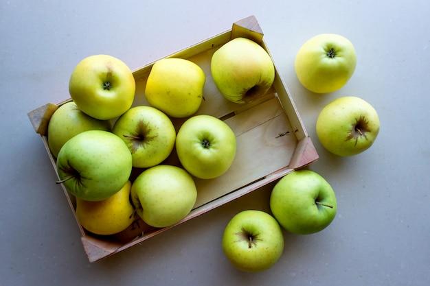 Manzanas verdes en una caja de madera