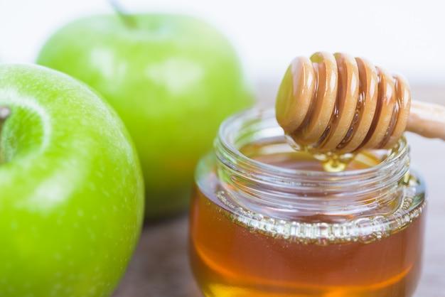 Manzanas verdes rosh y miel, concepto de fiesta judía