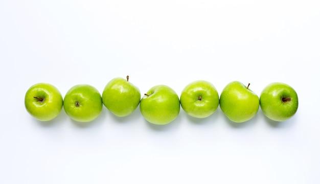 Manzanas verdes sobre fondo blanco. copia espacio