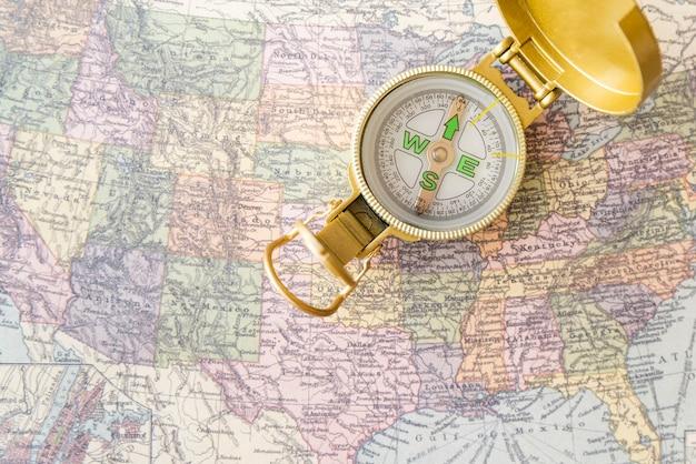 Mapa y brújula de los estados unidos de américa