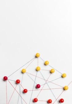 Mapa de chinchetas amarillo y rojo
