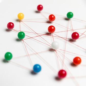 Mapa de chinchetas de colores borrosos
