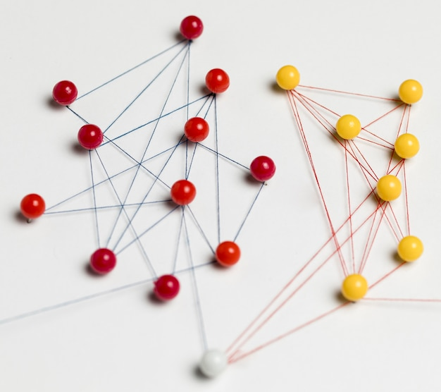 Mapa de chinchetas rojo y amarillo