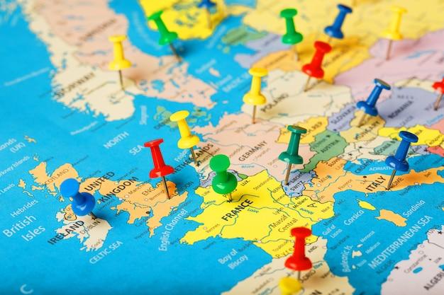 En el mapa de europa, los botones de colores indican la ubicación y las coordenadas del destino.