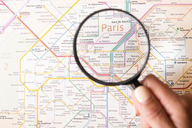 Mapa del metro de parís con lupa de vidrio