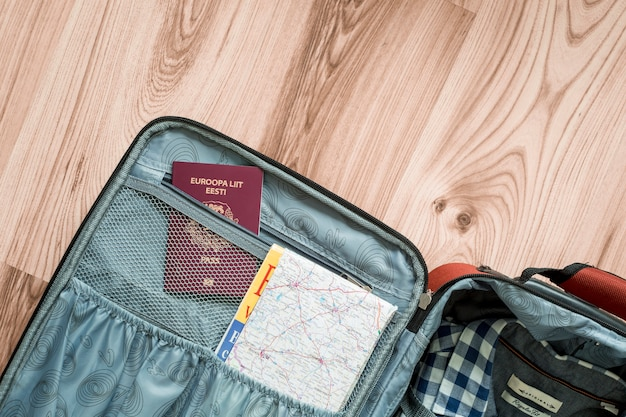 Mapa y pasaporte en maleta