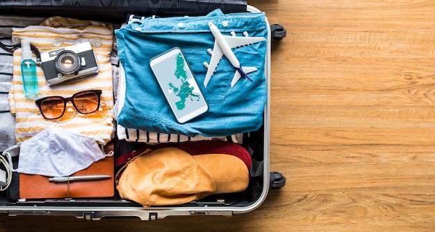 Mapa de ubicación en el teléfono inteligente con maleta, equipaje.viajes con conceptos de vacaciones o verano.ciudad abierta