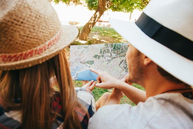 Mapa y viajeros en el parque
