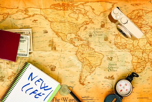 Mapamundi de papel viejo y accesorios de viaje