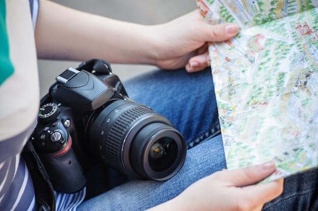 Mapas en manos de una niña.