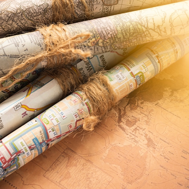Mapas plegados sobre un fondo de mapa antiguo