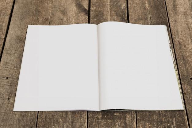 Maqueta abierta de revista, libro o catálogo
