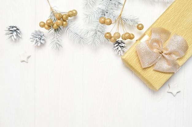 Maqueta de árbol de navidad blanco, lazo beige, caja de regalo y cono