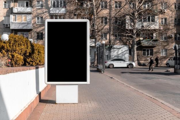 Maqueta en blanco cartel de calle vertical de cartelera en la ciudad