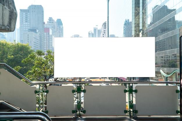 Maqueta en blanco de cartelera vertical en perspectiva horizontal sobresaliente en plataforma de tren del cielo