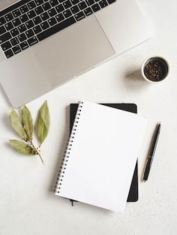 Maqueta de bloc de notas de cocina para texto culinario, computadora portátil y especias