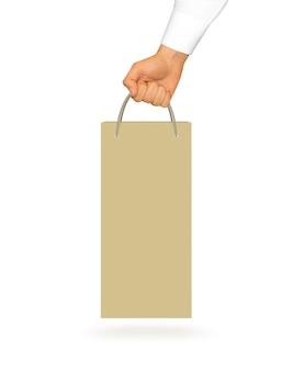 Maqueta de bolsa de papel de vino amarillo en blanco sosteniendo en la mano
