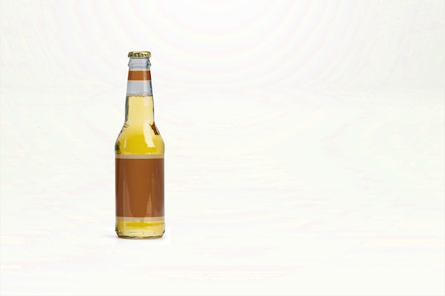 Maqueta de botella de cerveza amarilla aislada - etiqueta en blanco