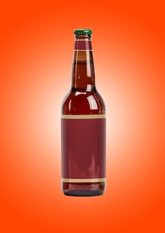 Maqueta de botella de cerveza con etiqueta en blanco sobre fondo marrón. concepto de oktoberfest.
