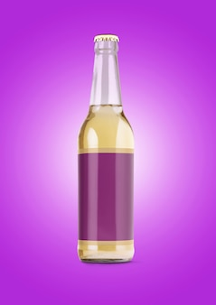 Maqueta de botella de cerveza con etiqueta en blanco sobre fondo morado. concepto de oktoberfest.