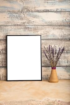 Maqueta de un cartel de marco vacío en una pared de tablas de madera
