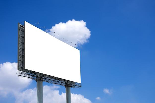 Maqueta de cartelera en blanco con pantalla en blanco sobre fondo de cielo azul y nubes con trazado de recorte