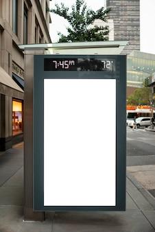 Maqueta de cartelera en parada de autobús