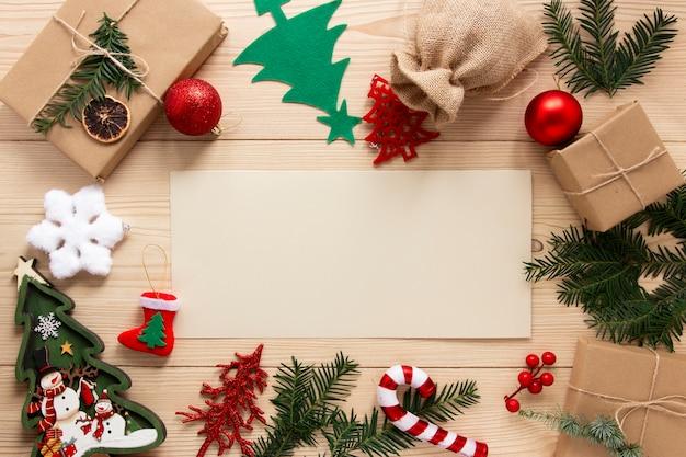 Maqueta de celebración navideña con decoraciones