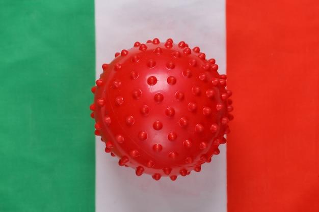Maqueta de la cepa del virus covid-19 en el fondo de la bandera de italia