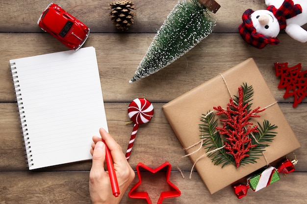 Maqueta de cuaderno con adornos navideños