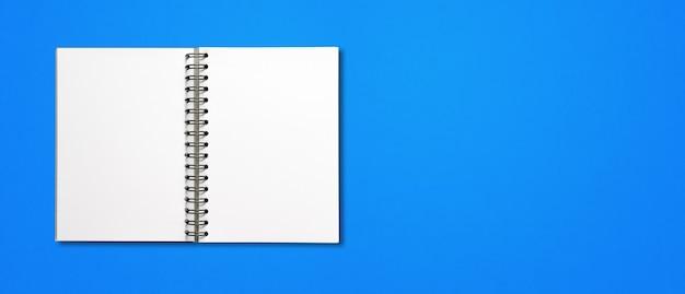 Maqueta de cuaderno espiral abierto en blanco aislado en banner horizontal azul