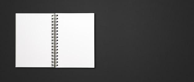 Maqueta de cuaderno espiral abierto en blanco aislado en banner horizontal negro