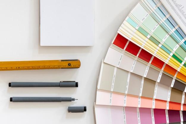Maqueta de cuaderno junto a colores