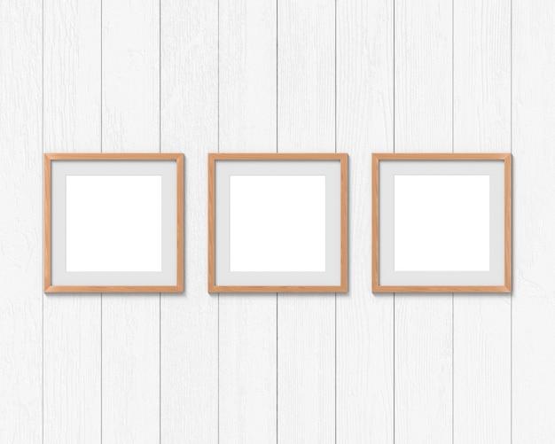 Maqueta cuadrada de marcos de madera con un borde colgado en la pared