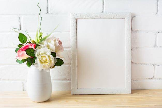 Maqueta de cuadro blanco estilo shabby chic con rosas rosadas