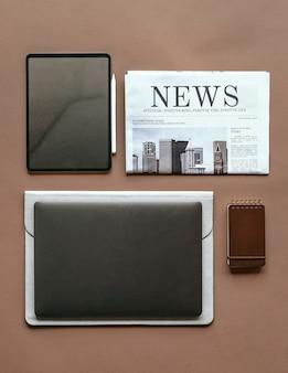 Maqueta de dispositivo digital con conjunto de elementos esenciales diarios