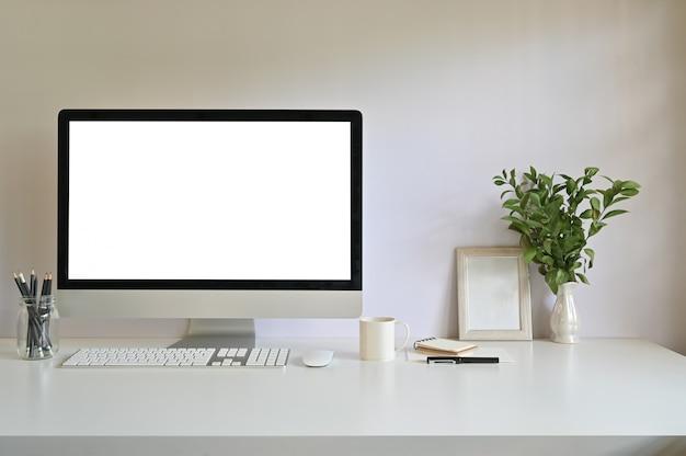 Maqueta de equipo de trabajo y marco de fotos, café con decoración de plantas en el escritorio de la oficina.
