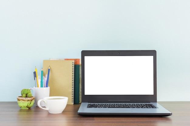 Maqueta del escritorio del lugar de trabajo para el hombre de negocios o el estudiante con el espacio de la copia para el texto