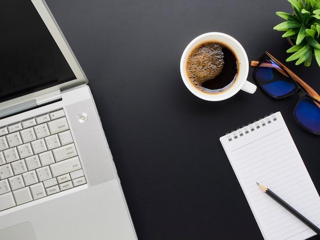 Maqueta de espacio de trabajo con computadora portátil, café.