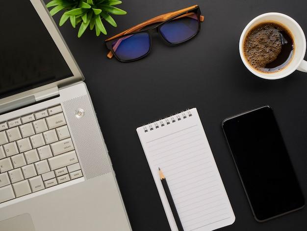 Maqueta de espacio de trabajo con computadora portátil, teléfono inteligente.