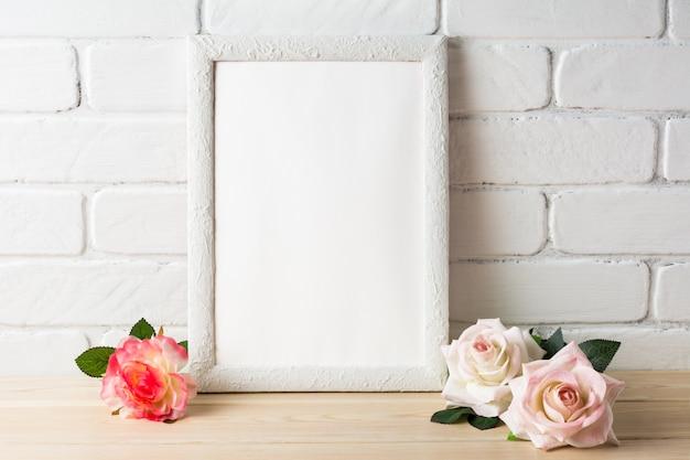 Maqueta de estilo romántico marco blanco con rosas