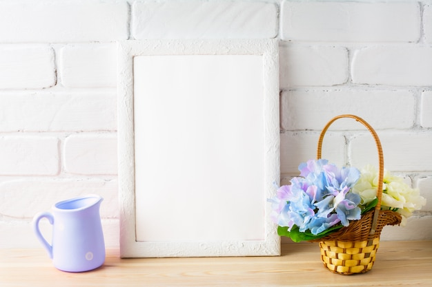 Maqueta de estilo rústico con marco blanco y cesta de flores.