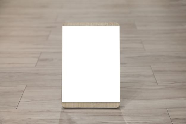 Maqueta etiqueta el marco del menú en blanco en el restaurante bar. soporte para folleto con tarjeta de carpa acrílica de papel blanco