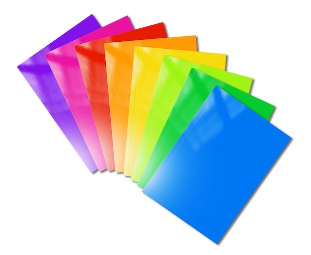 Maqueta de gama de folletos multicolores sobre superficie blanca
